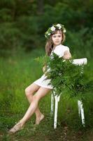 porträtt av liten flicka utomhus på sommaren