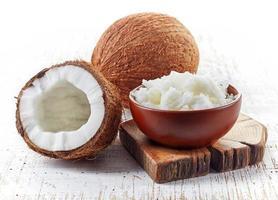 skål med kokosnötsolja och färska kokosnötter foto