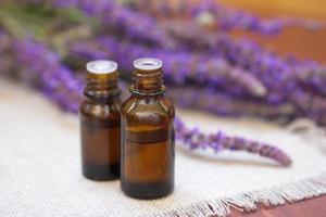 essentiell aromolja med lavendel foto