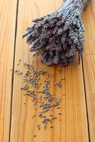 torkad lavendelbukett på träbordet foto