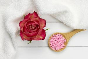 röd ros och rosa badsalt foto