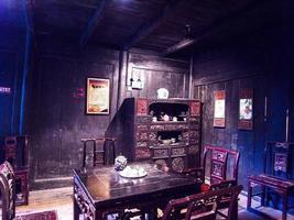 traditionell miao kines snidade träbord och hyllor foto