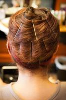 håromslag på salongen med bobbystift foto