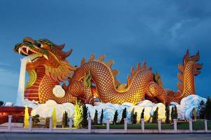 stor drakestaty på natten, supanburi Thailand