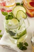 hälsosamt spa-vatten med frukt foto
