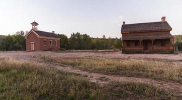 spökstad grafton, utah: kyrkan och ett hus foto