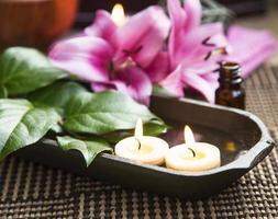 spa flytande brinnande ljus och liljor foto