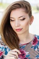 vacker flicka med fin makeup foto