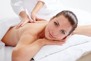 ung vacker kvinna i spa-miljö foto