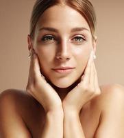 närbild porträtt av en ung kvinna foto