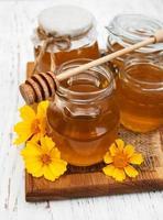 honung med blommor foto