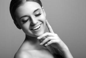 porträtt av den vackra leende kvinnan