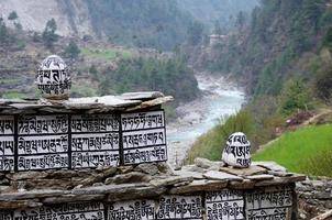 buddistiska stenar med heliga mantraer nära floden Dudh Kosi, Nepal