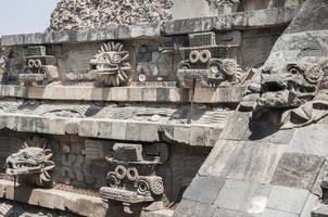 statyer av templet för quetzalcoatl, teotihuacan (mexico)
