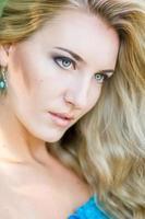 porträtt av en vacker ung blond kvinna