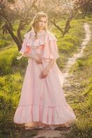 vacker kvinna i den blommande trädgården foto