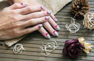 grå med rosa månen nagelkonst manikyr foto