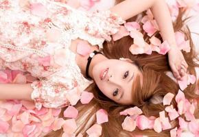 asiatisk vacker flicka i blomma foto