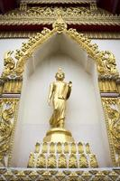 buddha stående staty i ett offentligt tempel foto