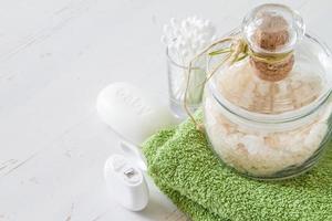 spa - salt och handduk, bomullsdynor och pinnar, tandtråd foto
