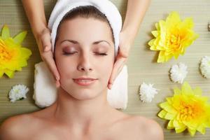 vacker ung kvinna som ligger avslappnad i en spa-salong foto