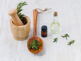 naturliga spa-ingredienser rosmarin eterisk olja för aromaterapi foto