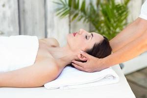 brunettmottagande huvudmassage foto