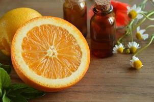 eteriska oljor med frukt och örter foto