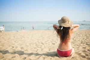 kvinna på sommarstranden foto