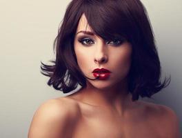 ljus makeup vacker kvinna med kort svart hår stil foto