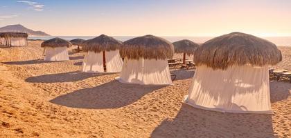 tiki-kojor och massagatält på stranden foto