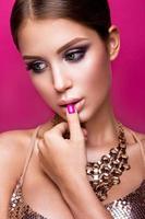 skönhet mode modell flicka med ljus makeup, långt hår, manicured foto