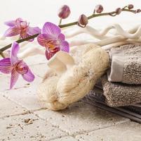 bomullshandduk och loofahsvamp för skönhetsmassage foto
