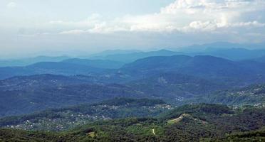 skogsklädda kaukasiska berg foto