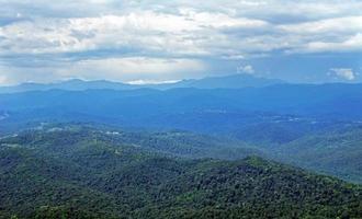 trädbevuxna kaukasiska berg foto