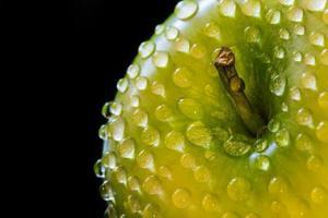 grönt äpple med droppar vatten foto