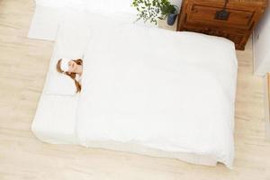 kaukasisk kvinna som sover foto