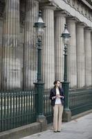 fashionabla kaukasiska affärskvinna utomhus foto