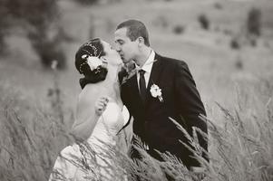 kaukasiska nygifta unga par.