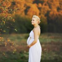 ung kaukasisk gravid kvinna foto