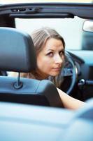 kaukasisk kvinna i en bil