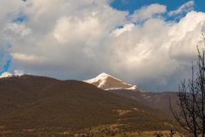 kaukasiska berg och fantastiska moln foto