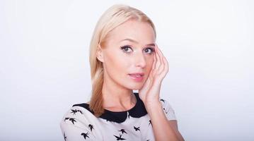 ung vacker kaukasisk blond kvinna foto