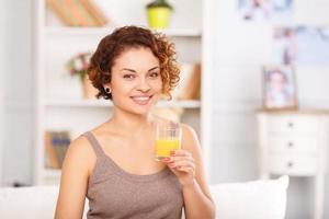 trevlig tjej som äter frukost i sängen foto