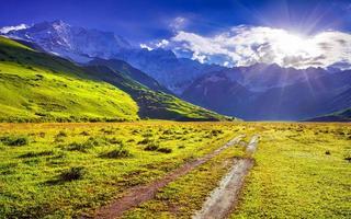 den huvudsakliga kaukasiska åsen, Shkhara berget. foto
