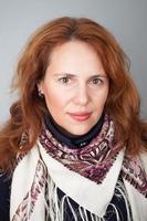 porträtt av vacker ung kaukasisk kvinna