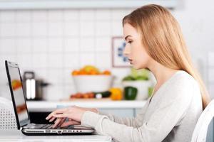 vacker kaukasisk kvinna som arbetar på bärbar dator. foto