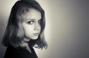 vacker kaukasisk blond tonårsflicka i svart foto