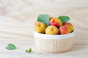 färska aprikoser i en skål foto