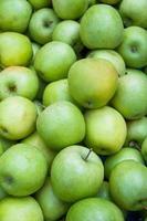 äpplen på marknaden foto